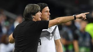 Joachim Low dà indicazioni a Nico Schulz durante la partita con la Francia. Getty Images
