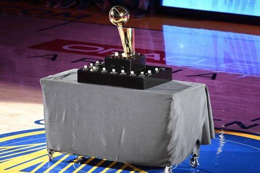 Prima di Warriors-Thunder, alla Oracle Arena di Oakland, per lultima stagione casa di Golden State, è andata in scena la cerimonia di consegna degli anelli di campioni Nba 2017-18. Afp