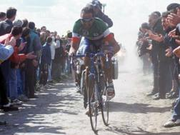 Andrea Tafi, in azione nella Parigi-Roubaix vinta nel 1999 (Bettini)