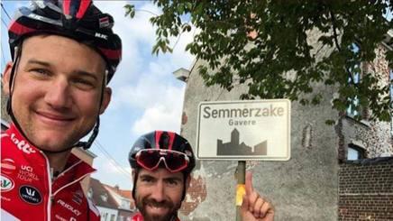 Il momento dell'arrivo a Semmerzake di Tim Wellens (a sin.) e Thomas De Gendt. Facebook-TimWellens199