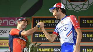 Vincenzo Nibali (a sin.) stringe la mano a Thibaut Pinot. LaPresse