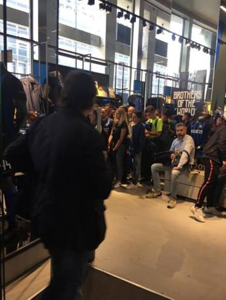 Tifosi nerazzurri all'interno dell'Inter Store
