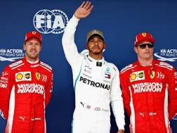 Lewis Hamilton si gode la pole ad Austin tra Vettel (a sin) e Raikkonen. Afp