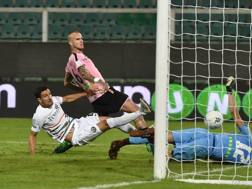 Aljaž Struna realizza il gol del pareggio del Palermo superando Vicario. Getty