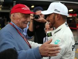 Niki Lauda con Lewis Hamilton. Lapresse