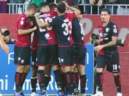 L'esultanza dei giocatori del Cagliari. Ansa