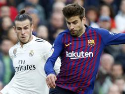 Gerard Piqué e Gareth Bale. AP