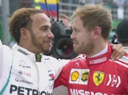 L'abbraccio di stima tra Lewis Hamilton e Sebastian Vettel