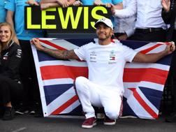 Lewis Hamilton, 33 anni, cinque volte campione del mondo, mentre posa con la bandiera britannica dopo il GP del Messico  LAPRESSE
