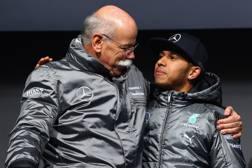Il presidente di Mercedes Daimler, Dieter Zetsche con Lewis Hamilton, 5 volte iridato  GETTY IMAGES