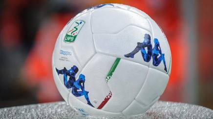Il pallone ufficiale della Serie B. LaPresse