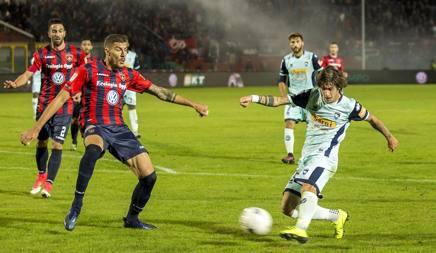 Antonucci (Pescara) in azione a Cosenza. LaPresse