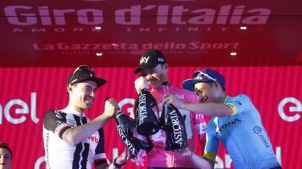 Il podio del Giro 2018 a Roma: da sinistra l'olandese Dumoulin, secondo; il britannico Chris Froome in maglia rosa; il colombiano Miguel Angel Lopez, terzo. Bettini