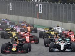 La partenza del GP del Messico con Verstappen davanti a Hamilton, Ricciardo, Vettel e il resto del gruppo AFP