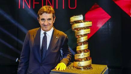 Urbano Cairo posa con il Trofeo senza fine. Bettini