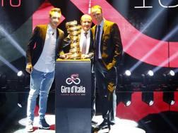 Da sinistra a destra, Elia Viviani, Mauro Vegni e Chris Froome. Bettini