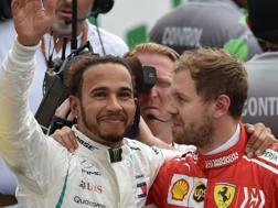 Lewis Hamilton con Sebastian Vettel a fine gara in Messico. Afp