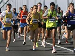 Stefano Baldini, al centro, maglietta e pantaloncini gialli, nella maratona 2007. Omega