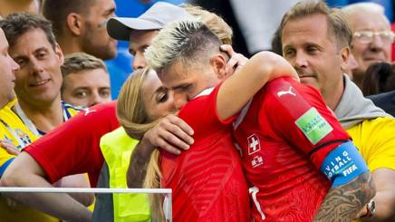 L'abbraccio di Lara Gur a Valon Behrami al Mondiale 2018. Epa