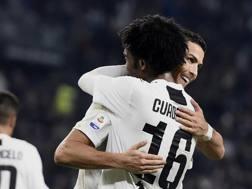 Cuadrado abbraccia Ronaldo dopo il gol del 3-1. LaPresse