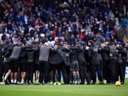 L'abbraccio di gruppo del Leicester in ricordo del presidente. Afp
