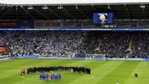 Il Leicester e il Cardiff nel minuto di silenzio prima della gara. AP