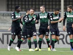 Il Sassuolo festeggia la vittoria al Bentegodii. Lapresse