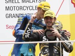 Pecco Bagnaia festeggia il titolo Moto2 con Luca Marini. Ap