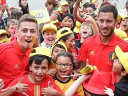 Thorgan ed Eden Hazard con dei piccoli tifosi belgi. Afp