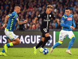 Neymar circondato da Hamsik e Callejon. Afp