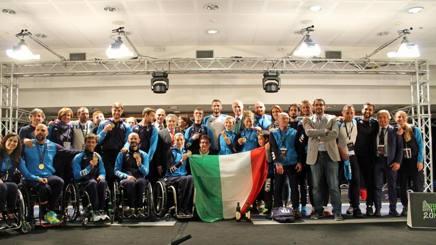 Gli azzurri della scherma paralimpica con  al centro Bebe Vio e il presidente del Cip, Luca Pancalli e il presidente del Coni, Giovanni Malagò