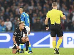 Neymar osserva perplesso il direttore di gara Bjorn Kuipers. Getty Images
