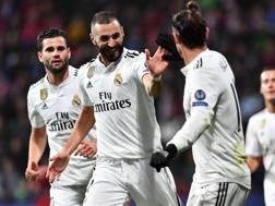 Karim Benzema, attaccante del Real Madrid, festeggia con i compagni. Getty