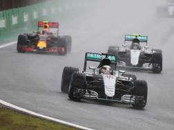Lewis hamilton davanti a Max Verstappen due anni fa a Interlagos  - LAPRESSE