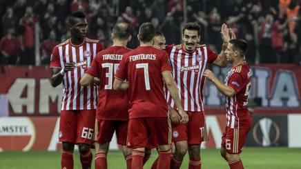 L'Olympiacos festeggia il gol realizzato da Christodoulopoulos. Epa