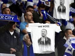 I tifosi del Leicester mostrano la maglietta con raffigurato il compianto presidente. Ap
