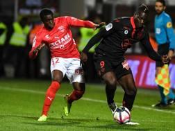 Mario Balotelli in azione con Faitout Maouassa. Afp