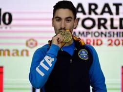 La gioia di Angelo Crescenzo dopo la vittoria dell'oro nella categoria -60. AFP