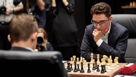 Fabiano Caruana e, di spalle, Magnus Carlsen. Getty