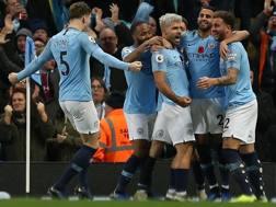 Il Manchester City festeggia la vittoria contro lo United. Epa
