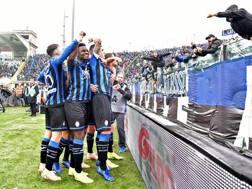 L'Atalanta festeggia la vittoria. ANSA