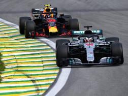 Lewis Hamilton davanti a Max Verstappen. Getty