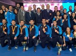 Foto di gruppo con medaglie per gli azzurri del karate