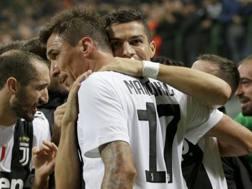 Mario Mandzukic abbracciato da Cristiano Ronaldo. Afp