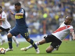 Maidana contrasta Tevez nella sfida di andata tra Boca e River. Afp