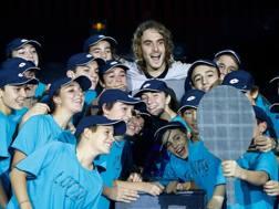 Tsitsipas con i giovani fans a Milano