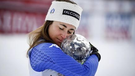Sofia Goggia si coccola la coppa di discesa vinta quest'anno, dopo l'oro olimpico. Ap