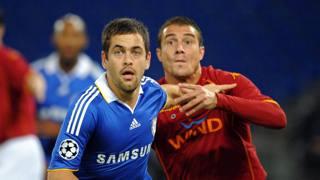 Joe Cole in azione con la maglia del Chelsea in una partita di Champions League del 2008 contro la Roma. Afp