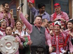 Louis van Gaal festeggia la vittoria della Bundesliga 2009/2010. Ap