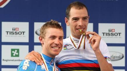Alessandro Ballan in maglia iridata, insieme a Damiano Cunego (a sin.), secondo classificato nella corsa in linea del Mondiale di Varese 2008. Bettini